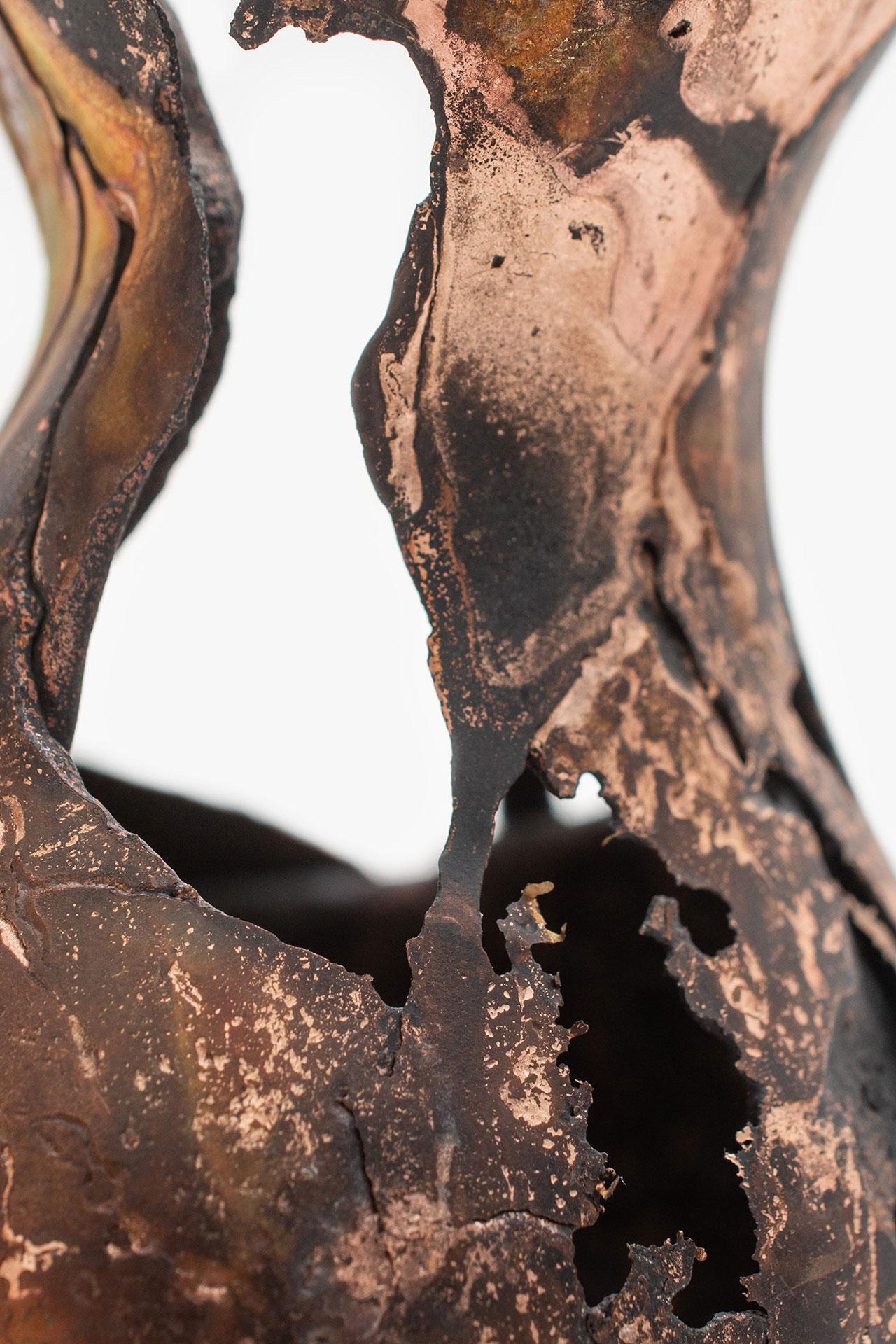 Omer Arbel, OAO113.2020.15 (detail), 2020. 15,4 x 11 x 10,5 cm. Copper alloy cast in glass. Courtesy Carwan gallery.