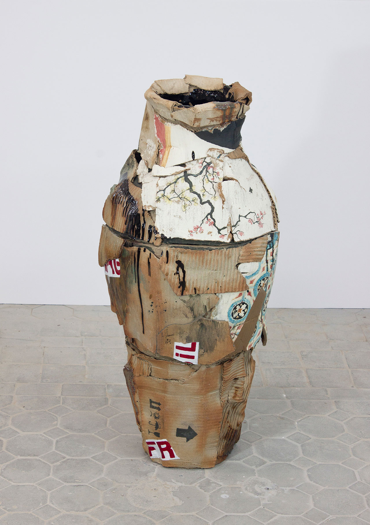 Rodrigo Torres, China in a Box Dynasty, 2016. 82 × 38 × 38cm. Laca paint on enamelled ceramic. Photo by Rodrigo Torres. Courtesy A Gentil Carioca.
