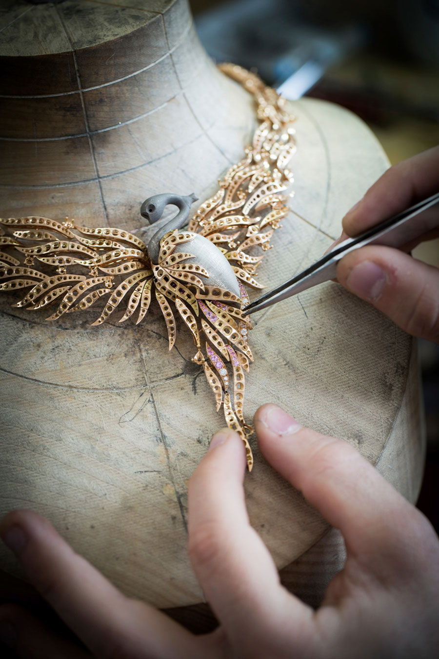 Positioning the jewelry structure of the Flamant Corail necklace. Photo © Van Cleef & Arpels.