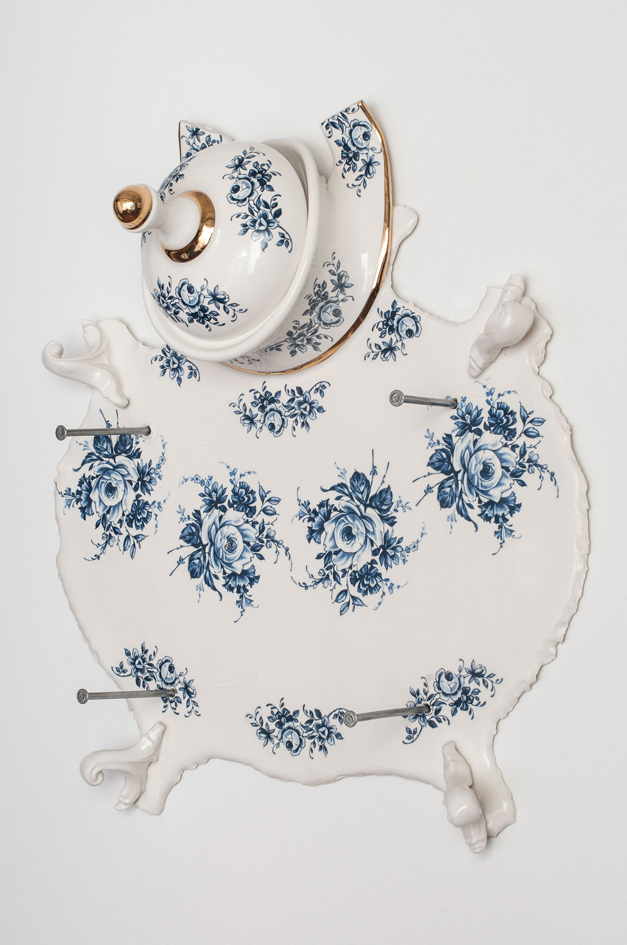 Craste Laurent, Dépouille aux fleurs «Bleu de Delft», 2012. Porcelain, glaze, decals, gold, nails. Edition 1 of 5: 40 x 38 x 14 cm. Permanent collection of the Montreal Museum of Fine Arts.