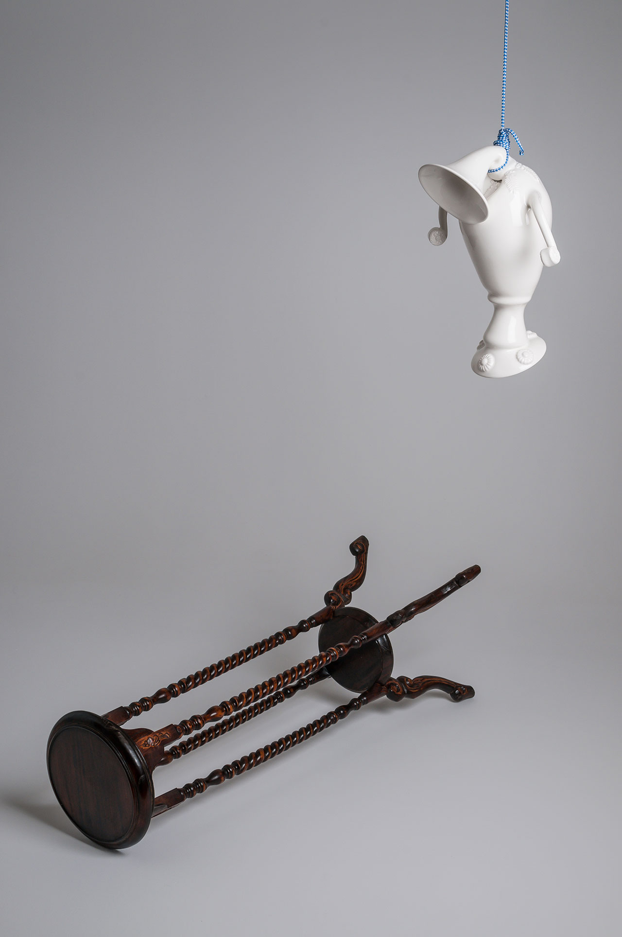Craste Laurent, La fin d'une potiche I, 2012. Porcelain, glaze, nylon rope, pedestal. Edition 1/5: Vase : 40 x 23.5 x 29 cm; pedestal : 101 x 32 x 32 cm. Permanent collection of the Montreal Museum of Fine Arts.