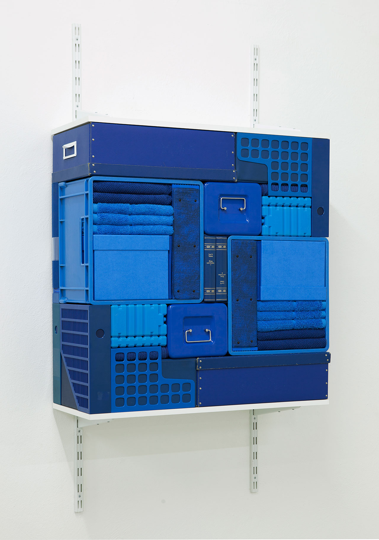 Michael Johansson, Flip Shelf (blue), 2018, blue ordinary items, shelfs, 149,5x80x31 cm. Courtesy: The Flat – Massimo Carasi, Milan. Photo © Michael Johansson.