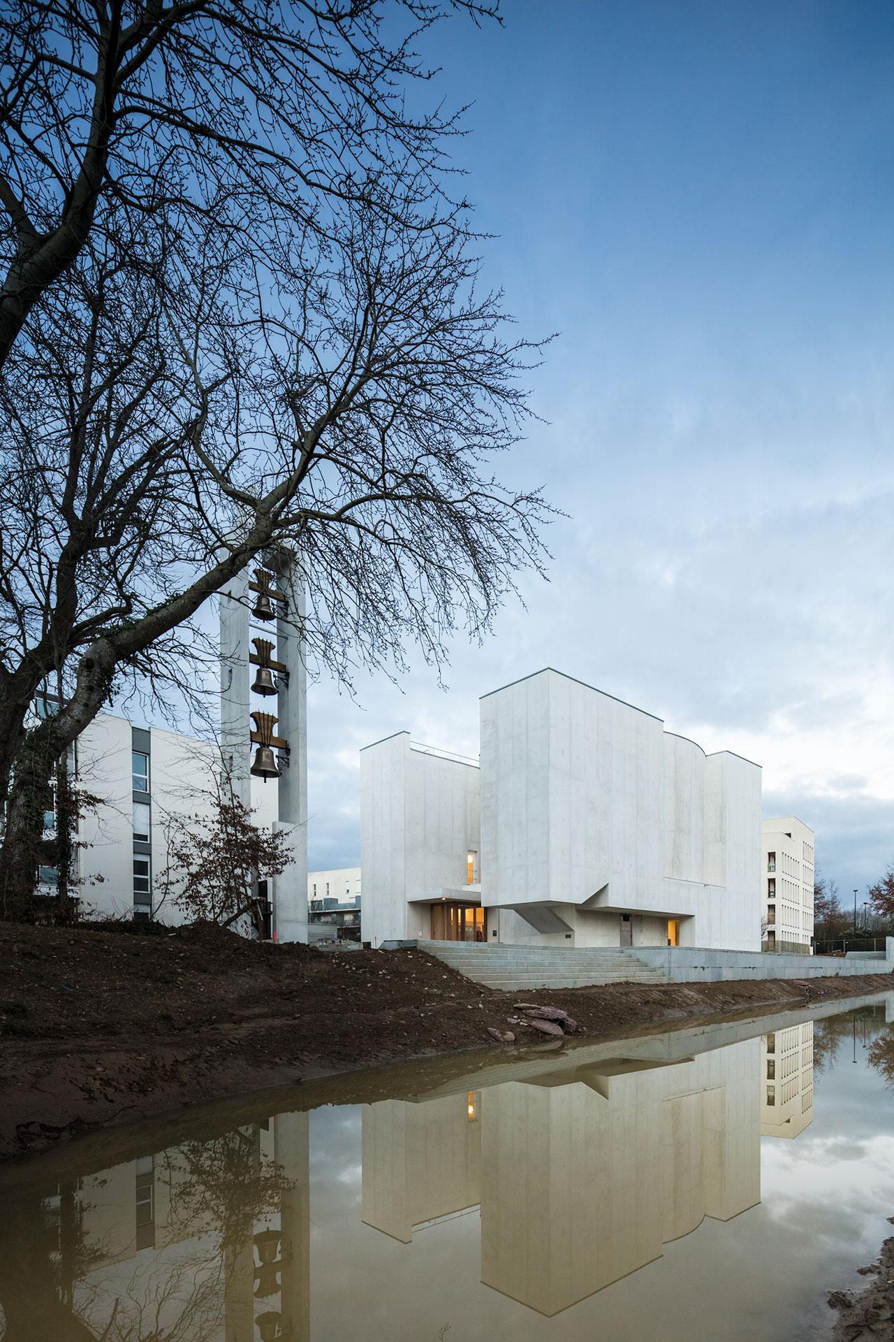 church of saint jacques de la lande a sculptural composition of white concrete and filtered. Black Bedroom Furniture Sets. Home Design Ideas