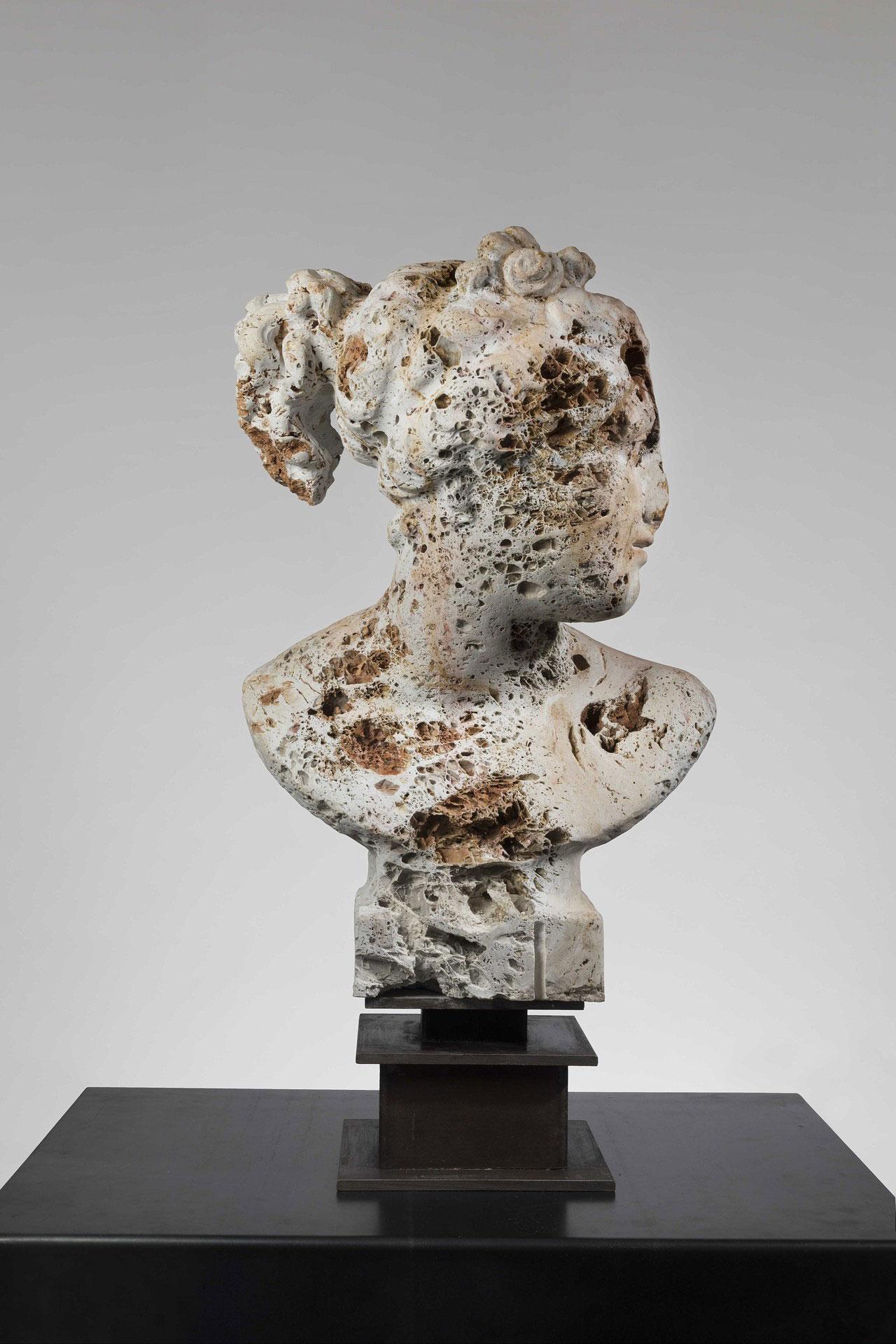Massimiliano Pelletti, Fallen Beauty, 2016. Calcare grottoso, 87 x 44 x 35 cm.