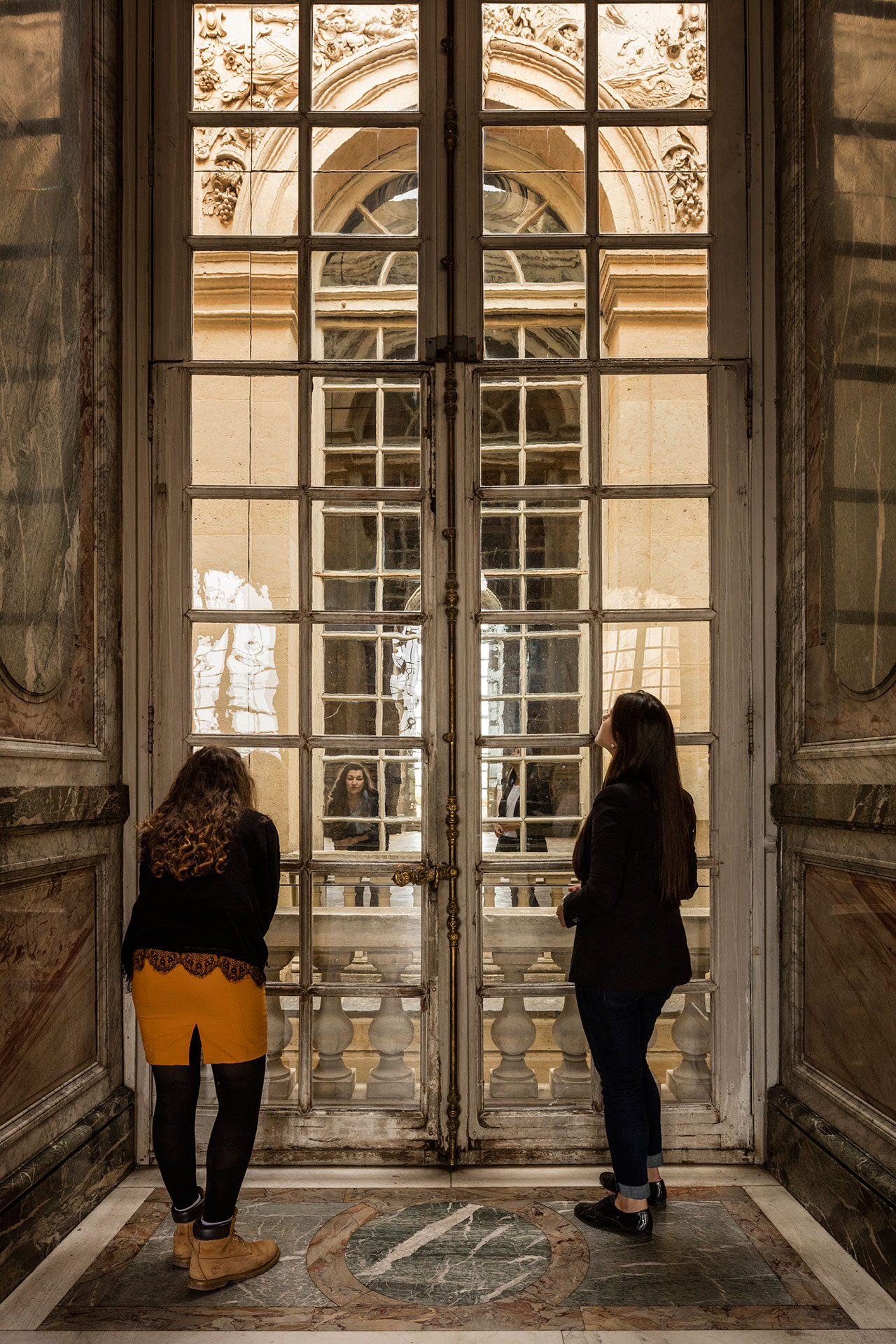 Olafur Eliasson, The curious museum, 2010. Mirror, scaffolding, steel, aluminium. 11.20 x 8.50 x 2.80 m . Palace of Versailles, 2016. Photo by Anders Sune Berg. Courtesy the artist; neugerriemschneider, Berlin; Tanya Bonakdar Gallery, New York © Olafur Eliasson.