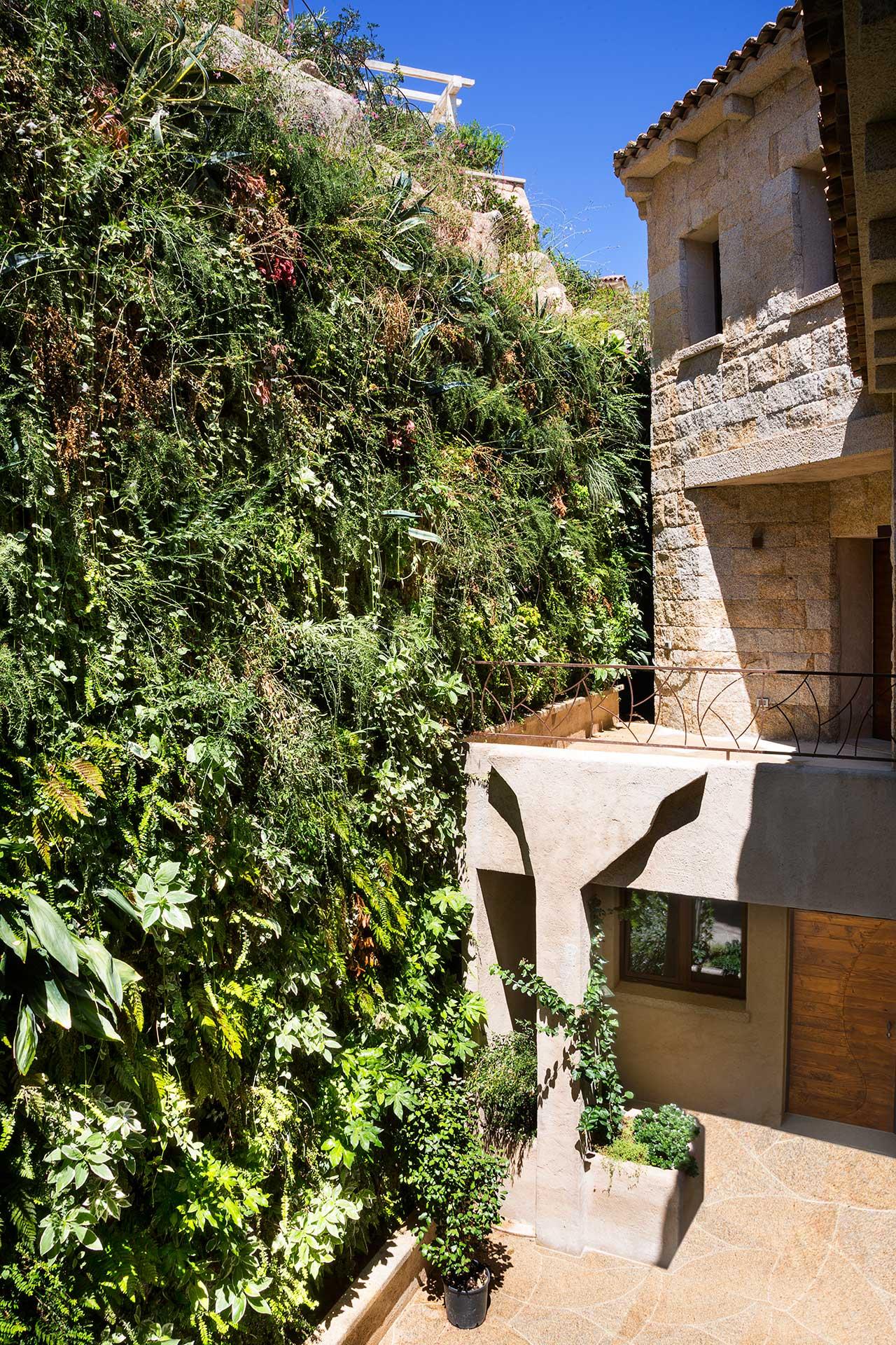 La Tiara di Cervo,Porto Cervo (OT).Architectural Project:Torno Team. Green Wall Project: Derek Castiglioni.