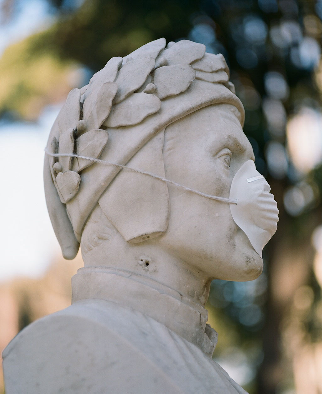 Bust of poet Dante Alighieri (1265-1321) at Villa Borghese gardens, Rome. Photo © Federico Pestilli.