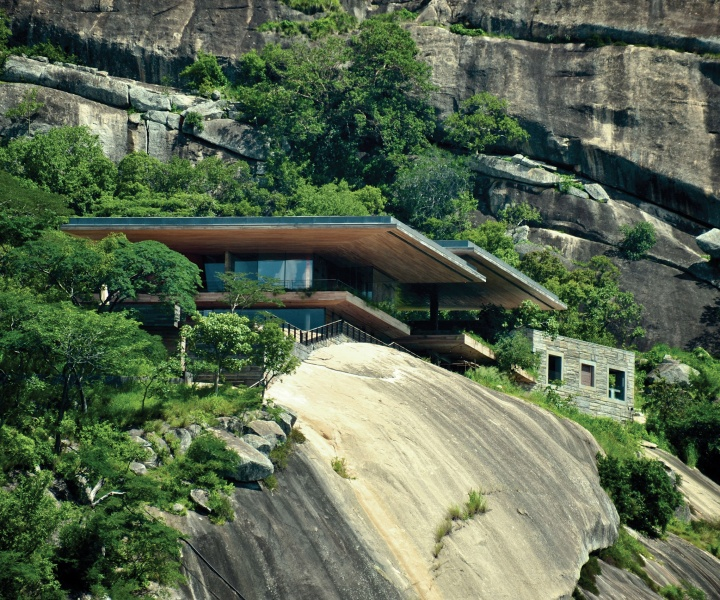 A Dramatic Perch: Gota House by Sforza Seilern Architects
