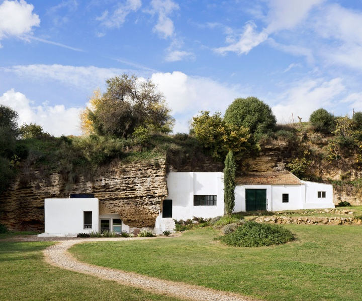 A Pristine Cave House in Spain by UMMOestudio