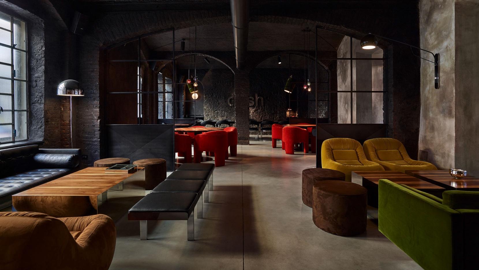 An industrial touch of the disco decade at dash kitchen in for Bar maison torino