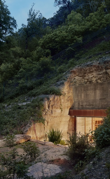 Clayton Korte Transform an Excavated Cave in Texas into an Elegant Wine Cellar