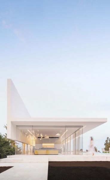 Reinventing the Glass Box House: Casa Hofmann in Valencia